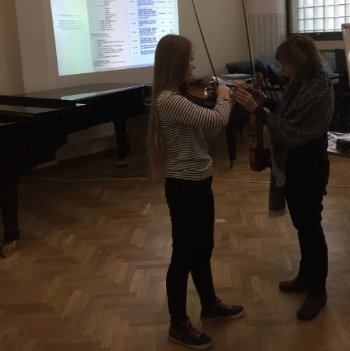 Mimi Zweigin luennolla soi pieni hetki Mendelssohnia viulistina Jenni Ollikainen. Hetken aikana löydettiin upea vibrato!