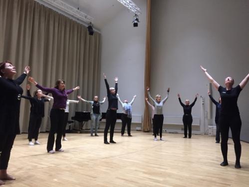 Pilates-Strings -tunti keräsi estradin täyteen liikunnan ilosta nauttivia jousikollegoita